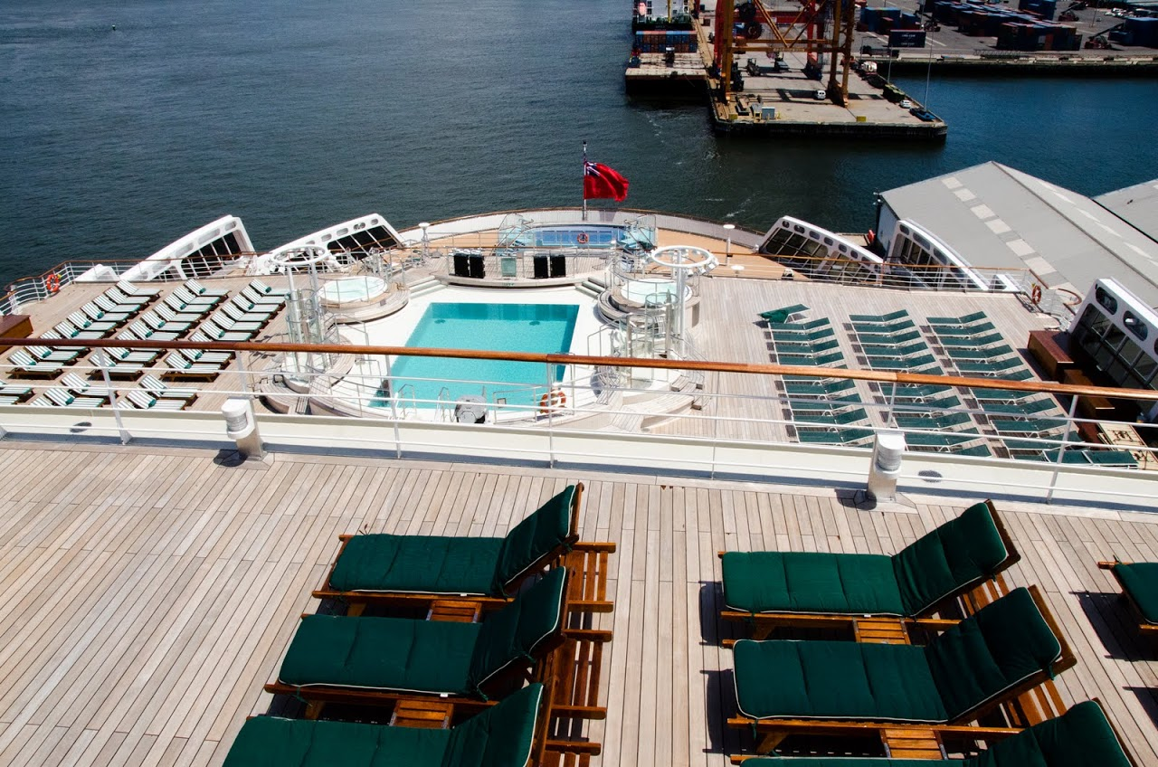 Pool on the QM2